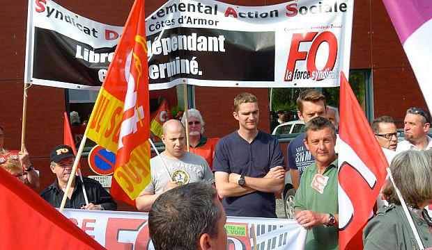 Personnels de l'action sociale et de la santé manifestant dans les rues de Saint-Brieuc, le 25 juin. © DR